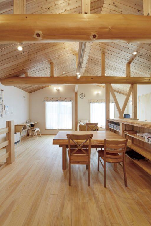 勾配天井と梁が開放的 無垢にこだわった2Fリビングの家