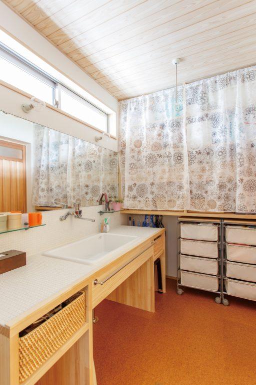 キッチンを中心にぐるり 家族の気配を感じる木の家