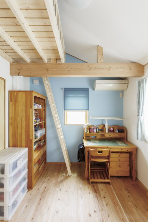 ストリップ階段が家の顔 光と風が心地よい木の家