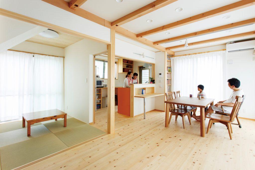 窓が多く、光と風がたっぷり 自然素材の気持ちのいい家