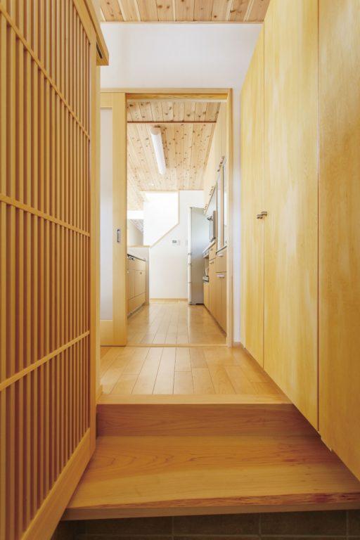 回遊性のある家事動線が◎ 個室+収納が充実した木の家