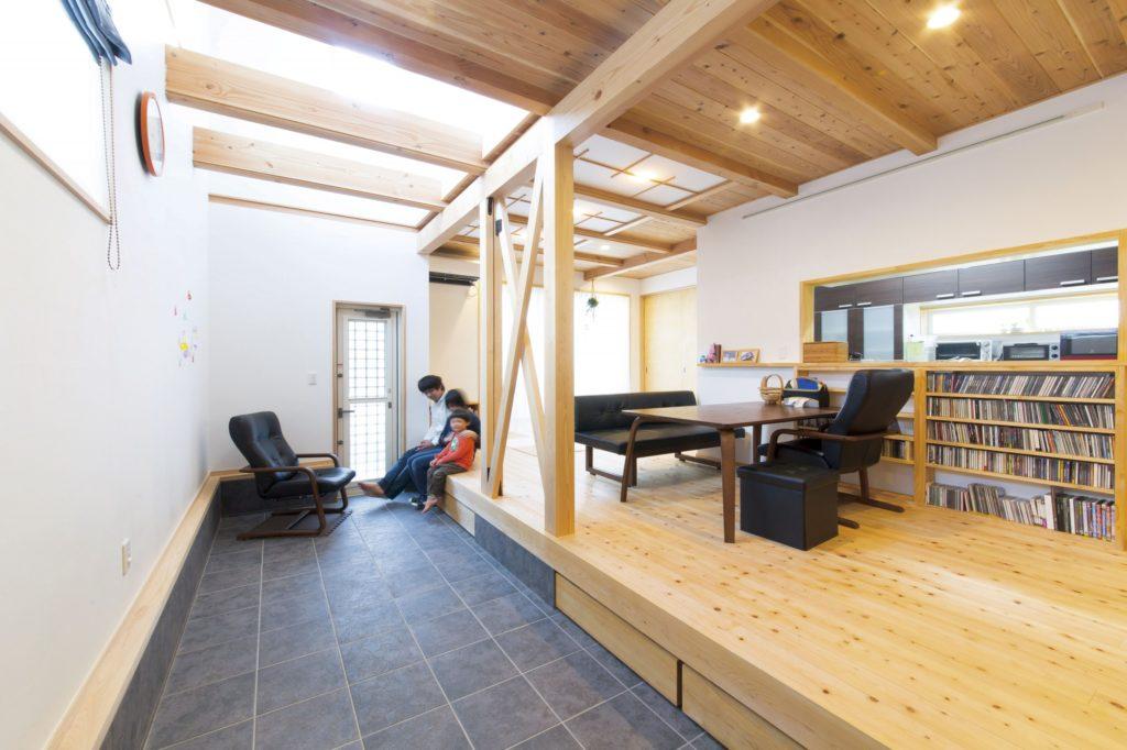 無垢床と漆喰に囲まれた木の家 土間とボルタリングがポイント