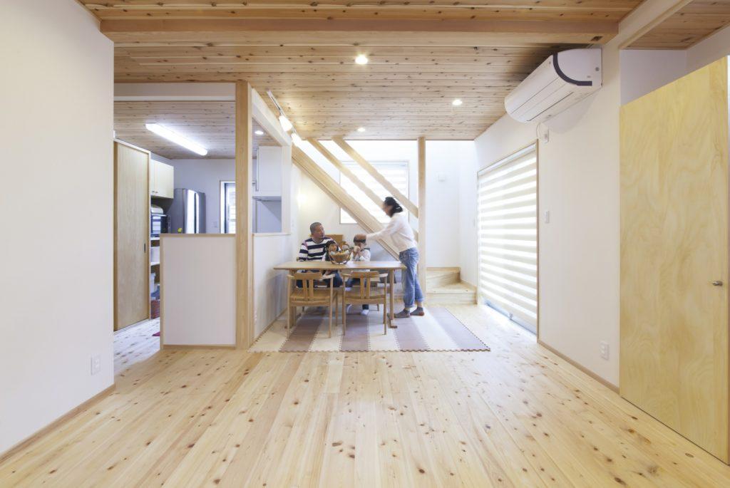 木に囲まれた和シンプルな家 オリジナル収納も、たっぷり