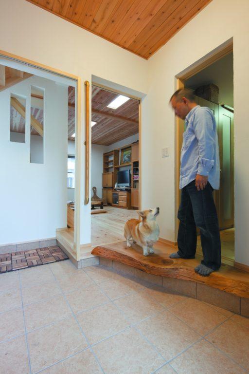 犬がかけ回るオープンな空間 仲良し2世帯と犬の暮らし方
