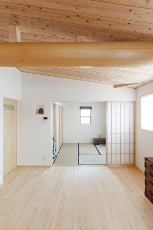 丸太梁と丸太柱が印象的な2Fリビング 3世代の集う家