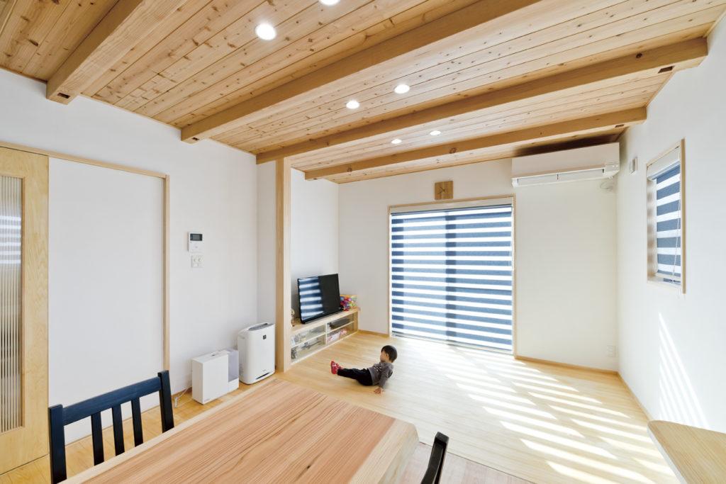板張り、漆喰、桧に囲まれた優しい家。くるり動線も好評!