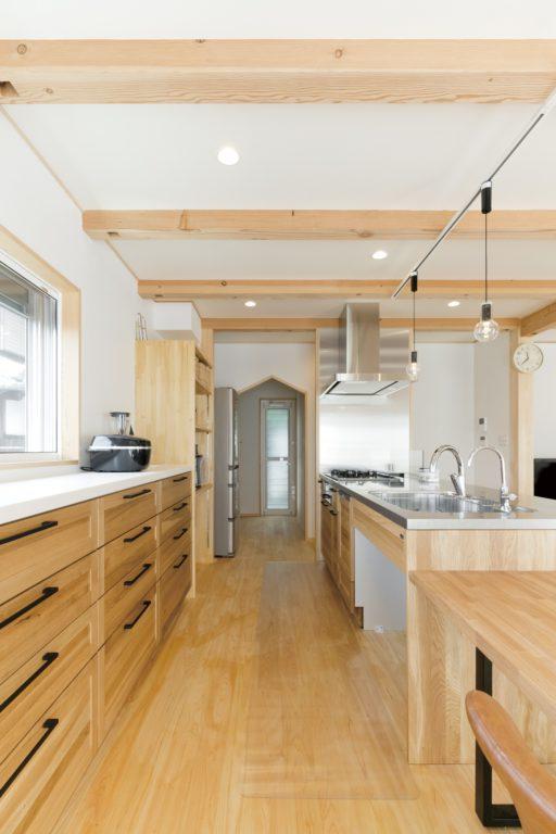 木×ステンレスのオープンキッチンにこだわり くるり動線で家事も楽々