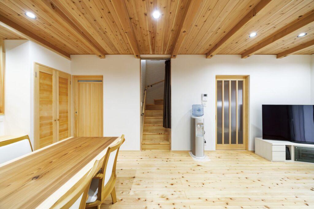 家への想いを温め10年…自然素材に囲まれた木の家が完成